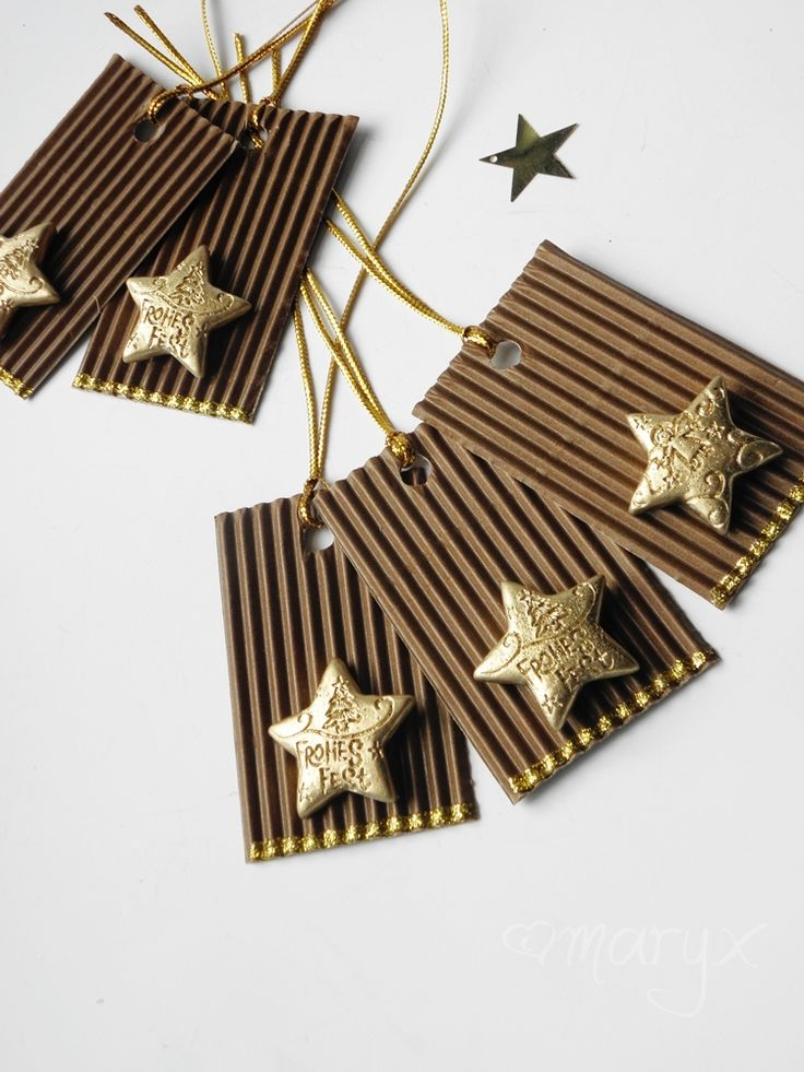 Zlaté hvězdičky /visačky na dárky/ Stylové visačky na malá i velká překvapení:) Vyrobené z barevné lepenky a zlaté dekorace. S lurexovým provázkem zlaté barvy. velikost: cca 6,2x4cm cena za 1 ks