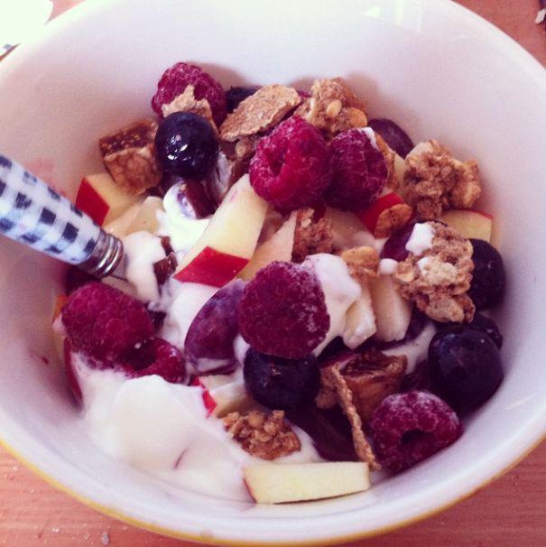 Een snel en gemakkelijk ontbijt? Magere kwark met vers fruit (appel, dadels, rode vruchten), speculaas kruiden en nootjes of muesli! Kijk voor meer gezonde ontbijtjes op: http://breekjaar.wordpress.com/category/recepten/breakfast/