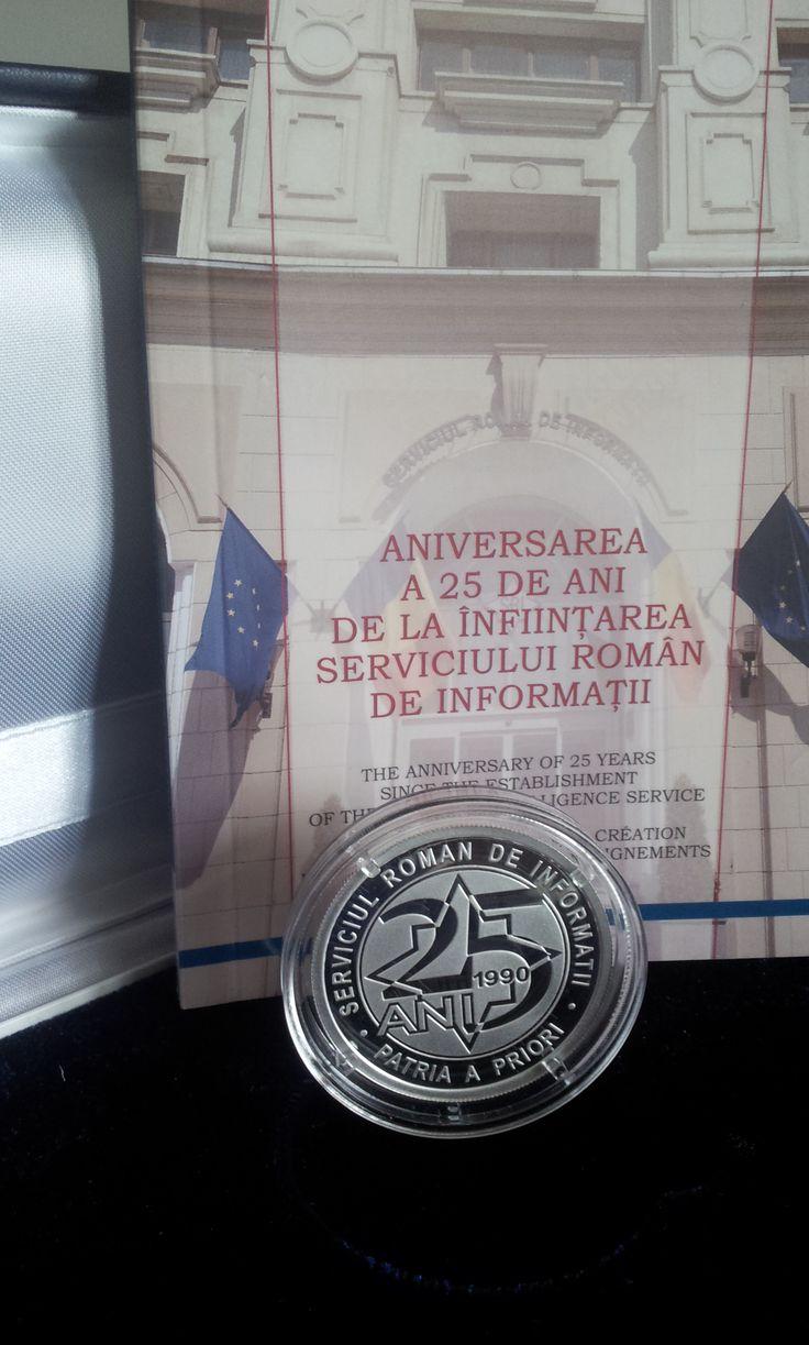 Moneda aniversară SRI 25 de ani, realizată de către Banca Naţională a României și ediţia princeps a Monografiei SRI - 25 de ani.