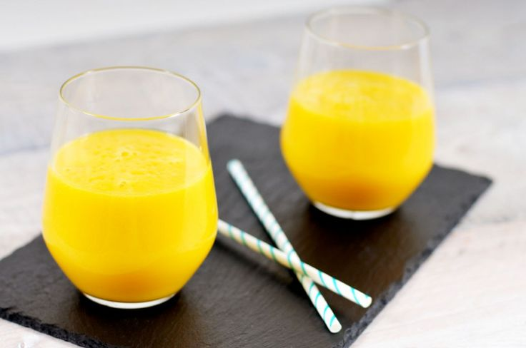 Recept voor een heerlijke gele smoothie zonder zuivel. Lactose vrij dus. Deze gele smoothie wordt gemaakt met ananas, mango en kokoswater. Heerlijk smullen!