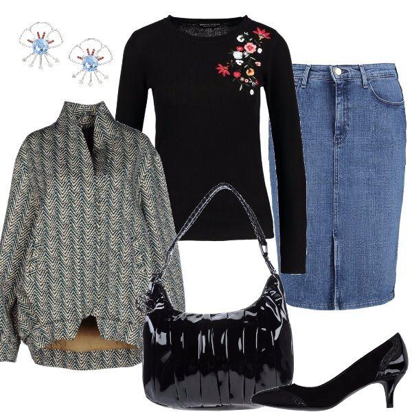 Semplice gonna a matita in jeans abbinata alla maglia con ricami sulla spalla, al giubbotto a uovo, scarpa con piccolo tacco lavorate, borsa in vernice, piccoli orecchini a fiore.