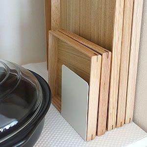 無印良品のアクリル仕切棚は、食器棚やキッチン収納におすすめの収納グッズです。お皿やマグカップをキレイに整理することができ、透明でインテリア性が高いのも人気のポイント。デスク上や電話台としても活躍します。