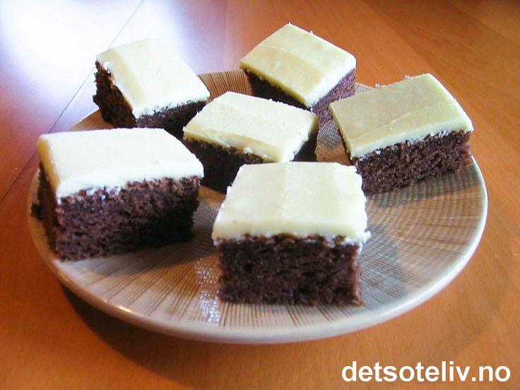 Hvit sjokoladekrem Lekker, veldig myk og kjempegod langpannekake!!! Oppskriften er til stor langpanne.