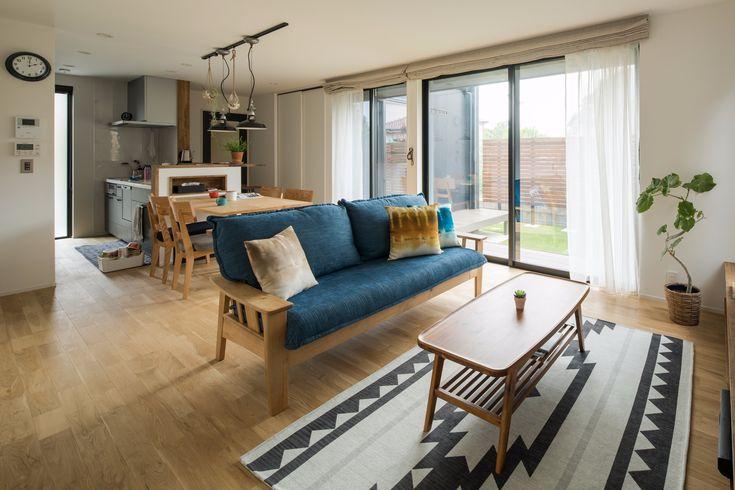 大きな窓からは、夏には光だけを、冬には光と陽のぬくもりを室内に取り込む、明るく優しい空間。余計なものを省いたシンプルなテレビボードを設計し、面倒なコード類も一緒にスッキリとさせました。 #ルポハウス #設計士とつくる家 #注文住宅 #デザインハウス #自由設計 #マイホーム #家づくり #施工事例 #滋賀 #おしゃれ #リビング #窓 #オーダーメイド #テレビボード