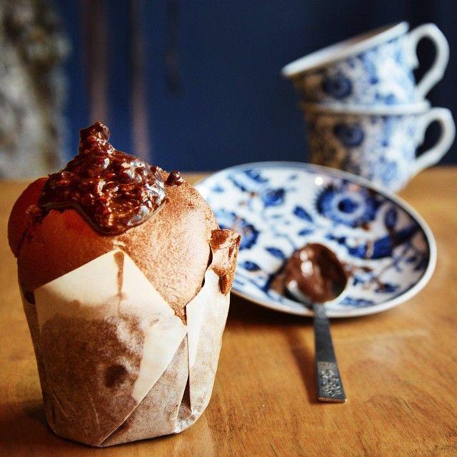 "Vegan Muffin γεμιστό με μαύρη σοκολάτα και κομμάτια φράουλα. Αναζητήστε το με το όνομα ""Παράφρωνας""."