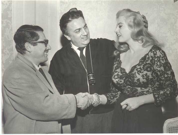 """Federico Fellini con Ennio Flaiano e Anita Ekberg durante le riprese della """"Dolce vita"""""""