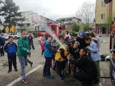 """Elevi din Curtea de Argeș au vizitat unitatea de pompieri din Pitești, în cadrul activităților """"Școala Altfel"""""""