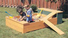 À la fois solide et sécuritaire, ce carré de sable est idéal pour meubler l'aire de jeux. ll comprend une armoire pour ranger les jouets.