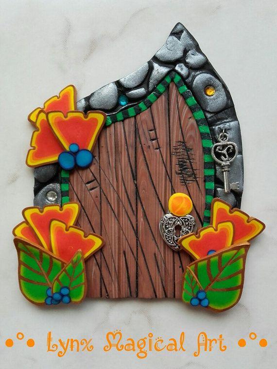 Puerta de hadas, puerta magica de fantasía.  Fairy door/magic door of fantasy.  He encontrado este interesante anuncio de Etsy en https://www.etsy.com/es/listing/494874181/puerta-de-hadas-con-flores-tropicales