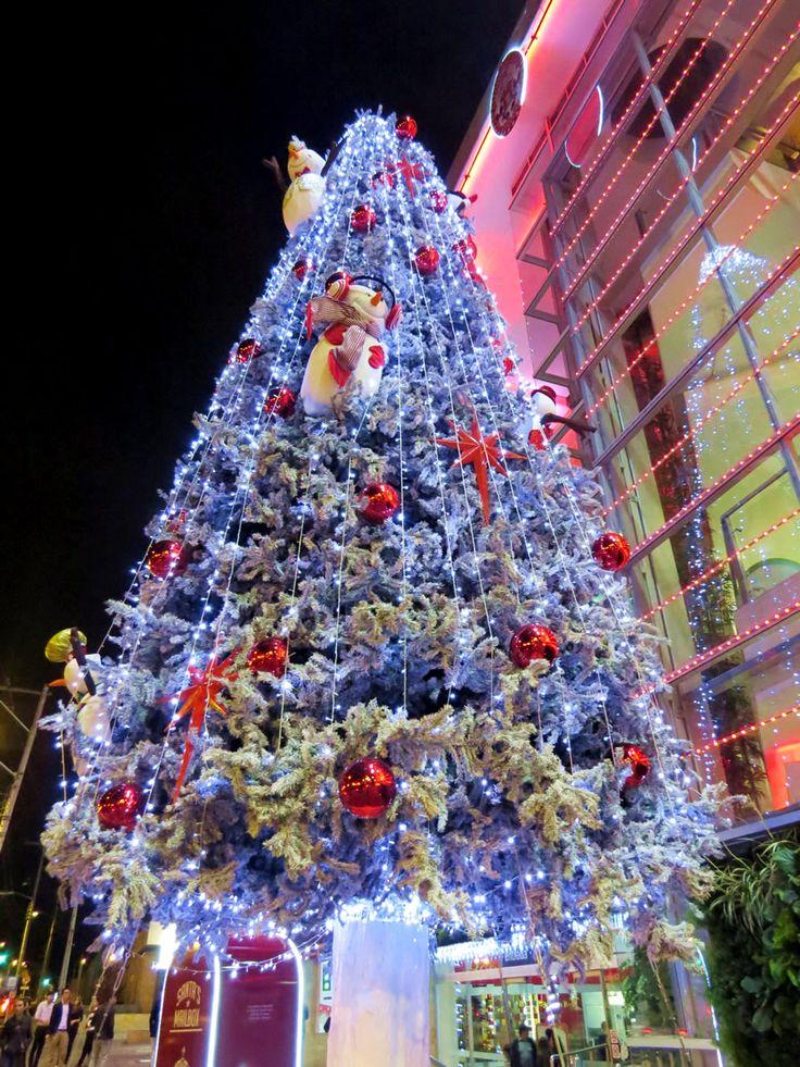 26. Árbol de Navidad en el Centro Comercial El Retiro cerca del Hotel Saint Simon