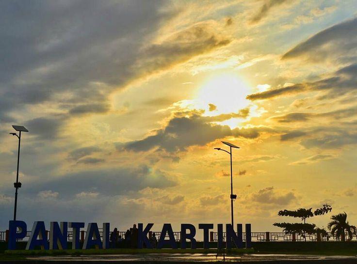 Menunggu senja di Pantai Kartini Foto: @shipit.hermansyah  #explorepantaikartini #visitjepara #visitjawatengah #jatenggayeng #kompasnusantara