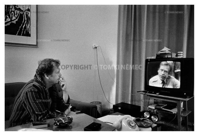 Lany, 1990 - Presidential Residence.Vaclav Havel watches a recording of his appearance on BBC television. Fot. Tomki Nemec