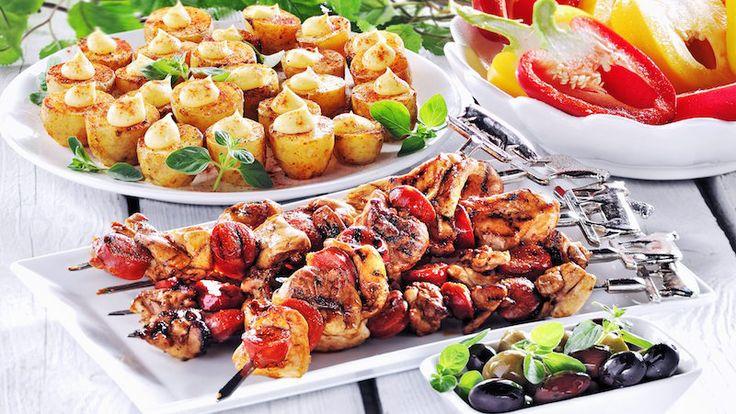 Lägg något gott på grillen! Varva kyckling och chorizo på spett och servera med ugnspotatis toppad med aioli.