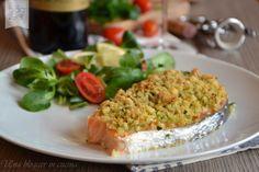 Salmone croccante, un piatto di pesce sfizioso e aromatico abbinato ad un vino rosso marchigiano della cantina Morelli di Fano, ideale per cene saporite.