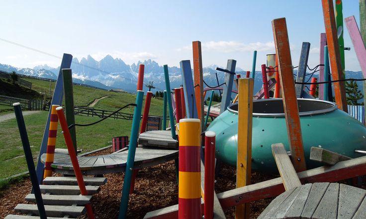 Der WoodyWalk ist eine etwa 6 km lange, aussichtsreiche Familienwanderung auf der Plose, dem Hausberg Brixens. Entlang des Weges finden sich verschiedene Spielstationen wie ein Kletterbaum, die Plose Blitz Rutsche oder ein Barfußweg. Die Tour findet ihr unter http://wanderzwerg.eu/woodywalk-brixen/