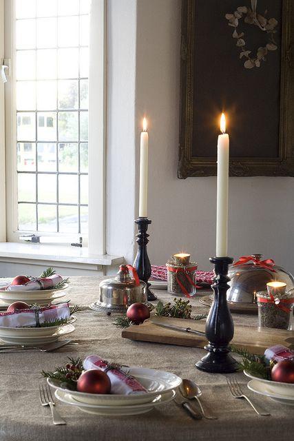 Kerstdiner - tafel gedekt in rustieke stoere stijl met kerstdecoraties by brocantepost, via Flickr