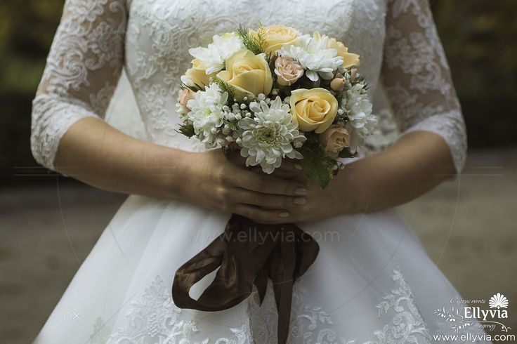 Свадебный букет из желтых роз и белых хризантем.