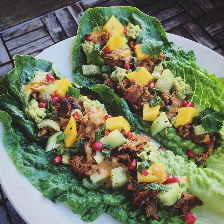 (@realfoodredhead) ✅ Salladsblad (ex. romansallad) Med: ✅ Guacamole (avokado, vitlök, lime, salt, peppar) ✅ Mangosalsa (mango, lime, chili, vårlök, koriander, salt) ✅ Gurksalsa (gurka, selleri, olivolja, lime, svartpeppar, salt) - recept #texmexfrångrunden ✅ Chilimayo (mayo gjord på äggula, mild olivolja, ACV, dijonsenap, vitlök, rökt paprika, liquid hickory smoke, chipotle chili, salt, peppar) ✅ Granatäpplekärnor