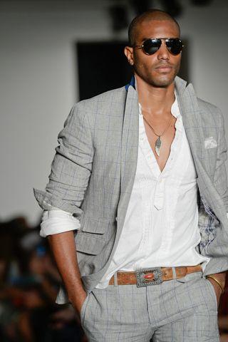 terno + blusa branca - despojado/elegante - detalhe no cinto e colar