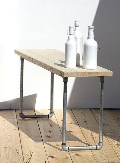 Bausatz für DIY-Sitzbank aus Holz und Stahlrohr. Praktische Sitzgelegenheit für den Esstisch oder den Garten. Auf DER Holzbank bleiben Deine Freunde gerne sitzen.