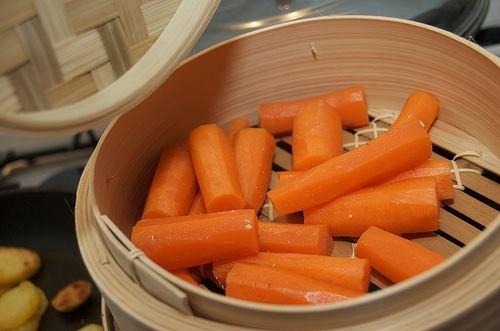 GROENTEN STOMEN BETEKENT MEER VITAMINEN  Bij het stomen van groenten behoud je alle smaak en vitaminen, welke je anders via het kookwater wegspoelt.   Duur? Nee hoor, je kunt al gemakkelijk stomen in een klassieke kookpan met een stoommandje van een paar euro en een laagje water.   In de stoomoven behoud je de smaak en knapperigheid van de groenten. Tevens kun je er een lekker stukje vlees en vis in klaarmaken. Niet alleen een heerlijk en snelle maaltijd, maar ook gezond en weer eens wat…