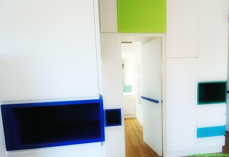 Abitazione privata a roma, Casa delle mappe, armadio a muro laccato di colore bianco con elementi a contrasto di colore verde e blu, dettaglio di porta di accesso al bagno, Progetto Arch.Luca Braguglia Photo Stefano Branca