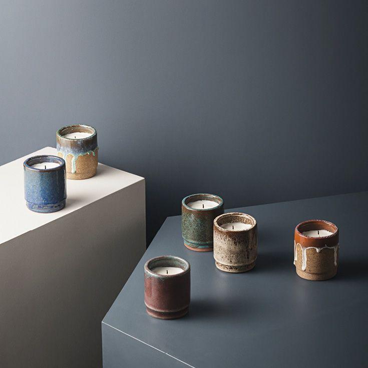 Fyld rummet med den varmende duft af dette smukke stearinlys fra ferm LIVING. Lyset er fremstillet af sojavoks med duft af figner og fås i en smuk keramikpotte med reaktiv glasur. Brændetid op til 70 timer. Fås i forskellige farver.