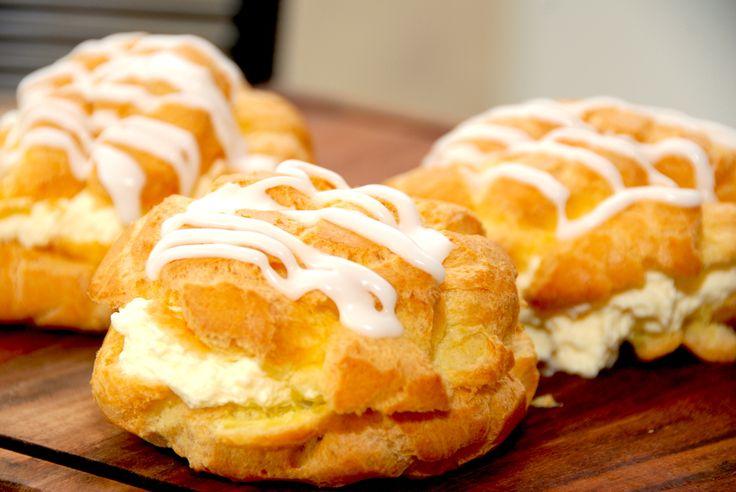 Nemme vandbakkelser med creme er hurtige kager med masser af smag. Vandbakkelserne fyldes med hjemmelavet creme og flødeskum.