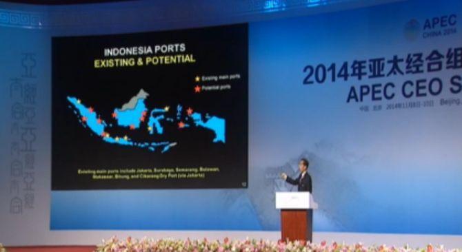Presiden RI Joko Widodo memberikan presentasi pada acara APEC CEO Summit, Beijing.