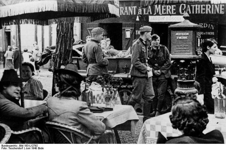 """Wehrmacht soldiers at the """"Restaurant à la mère Cathèrine"""", place du Tertre. Paris 1940"""