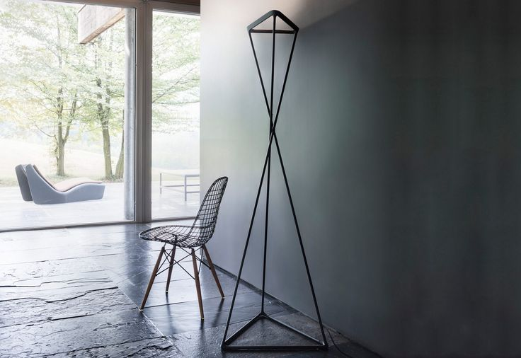 TANGO is an excitingly minimalist and pure LED floor lamp designed by Argentine designer Francisco Gomez Paz for Luceplan.