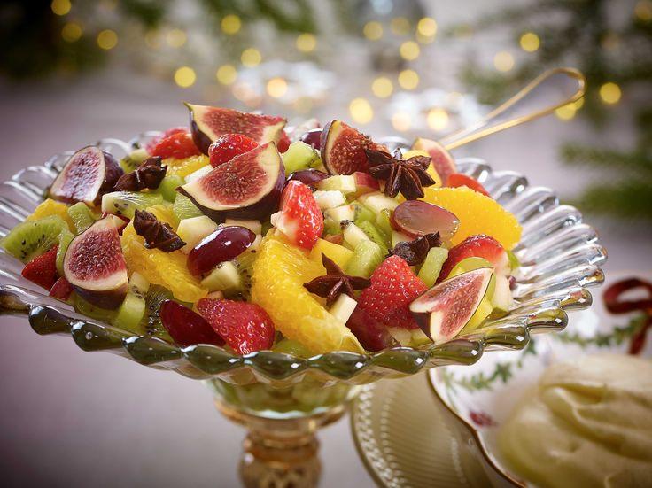 Kos deg med en litt lettere dessert! Du trenger strengt tatt ikke noen oppskrift. Ta den frukten du har, og liker best. Fruktsalaten blir best hvis den får stå og trekke en stund, så den kan med fordel lages et par timer før servering.