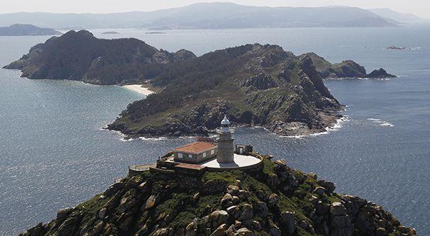 Vista aérea de la isla Sur, con el faro de Cíes en primer plano. http://www.vivirgaliciaturismo.com/senderismo-en-islas-cies/