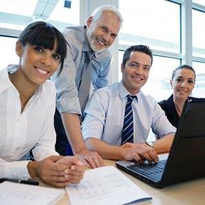 """Jedes zehnte Job-Angebot für IT-Fachkräfte  Ein Studium im Bereich IT oder Ingenieurwesen verspricht beste Jobchan-cen. Software-Entwickler oder Elektroingenieure zählen mittlerweile zu den """"Dauergästen"""" unter den zehn am häufigsten gesuchten Fachkräften. Aber auch Kandidaten mit einer anderen Spezialisierung oder Ausbildung im Berufsfeld Entwicklung sind gefragt, wie der aktuelle DEKRA Arbeitsmarkt-Report ergeben hat..."""