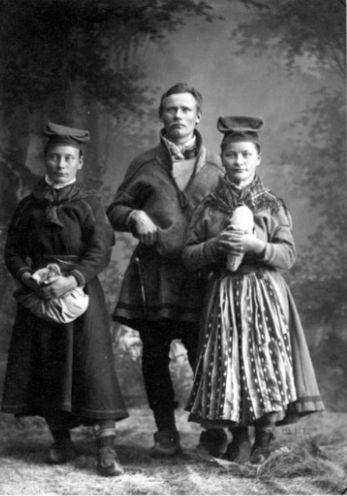 Porträtt av Johan Fanki och två kvinnor år 1905. Bild 10002226 i Kiruna kommuns bildarkiv. Borg Mesch samlingar.
