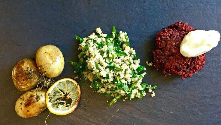 Vegansk og glutenfri middag med rødbeteburger, tabouleh med quinoa og sitronbakte poteter. Rockekokk Richard Nystad lager syrnet soyafløte som topper burgeren. Foto: NRK