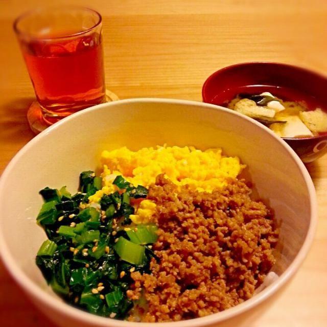 小松菜のごま油と鶏ガラスープの素が効いて美味しかったです - 6件のもぐもぐ - 3色そぼろ丼 豆腐・油揚げ・わかめの味噌汁 by akiko