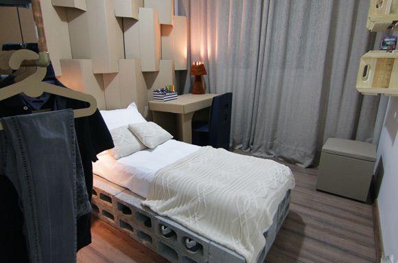 Inspire-se com este quarto mobiliado com papelão e materiais sustentáveis