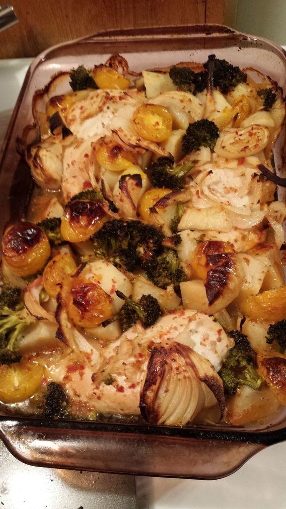 Souper rapide, délicieux et en un seul plat! Mon nouveau souper préféré! Ingrédients: -4 poitrine de poulet désossées -4 grosses patates, coupées en quartiers -1 fleuron de brocoli coupé en morceaux grosseur bouché -1 paquet de petites carottes -1 gros...