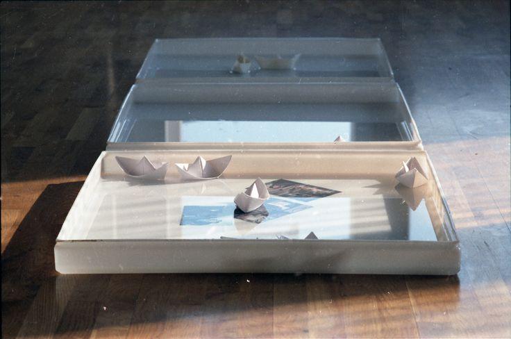 https://flic.kr/p/Q8VttZ | Nostalgie, 1994, fotografii, bărcuțe de hârtie, tăvi cu apă, cca. 3m²