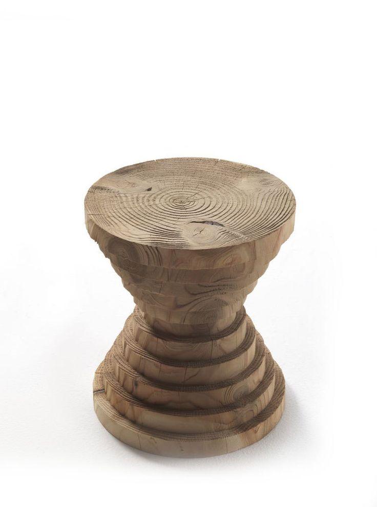 Sgabello ricavato da un blocco unico di cedro, la cui forma si caratterizza per i tanti strati che sembrano sovrapposti. E' caratterizzato da cerchi concentrici che richiamano gli anelli del tronco di legno e che si ripetono in un'alternanza di dimensioni da larghi a piccoli e da piccoli a larghi. Il legno, elemento caro al designer, grazie all'impiego di macchinari ad alta tecnologia è in grado di assumere molteplici forme.  Si tratta di prodotti in legno completamente naturali e rifiniti…