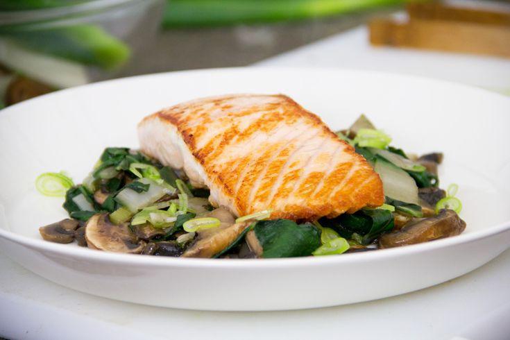 La ricetta del filetto di salmone con funghi e bietole è un valido secondo di pesce per la stagione autunnale. Facile e veloce, si prepara in pochi passaggi