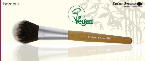 < LINEA PENNELLI BAMBOO/VEGAN CERT. > BH Questa fantastica linea di pennelli cosmetici BH, con manico in legno di bamboo, sono totalmente riciclabili e prodotti da fonti certificate. Anche la ghiera è in alluminio riciclabile. Le setole sono in fibra sintetica non testate su animali, certificate Vegan. Adatti anche per chi è allergico al pelo animale. #brushes #pennelli #barbarahofmann #vegan #bbmesthetique
