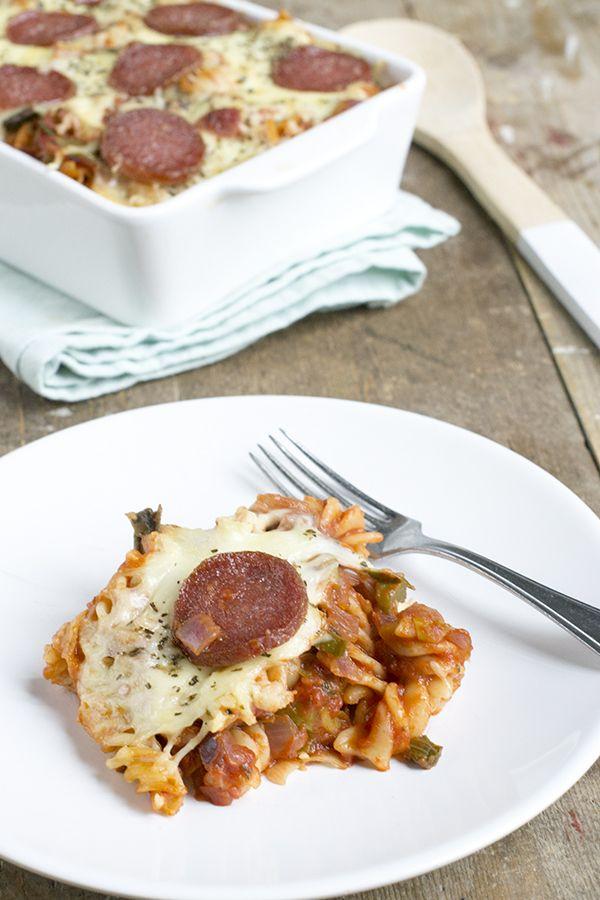 Pizza salami, maar dan in een ovenschotel. Met pasta. Dat maakt deze salami pastaschotel. Ik geef toe, met een pizza heeft dit gerecht weinig te maken. Het is een ovenschotel met pasta. Pastaovenschotel. Met Salami dus. Al zijn er wel een aantal overeenkomsten met pizza salami. Ze bevatten allebei salami, tomatensaus en kaas. Hierdoor heeft het... LEES MEER...