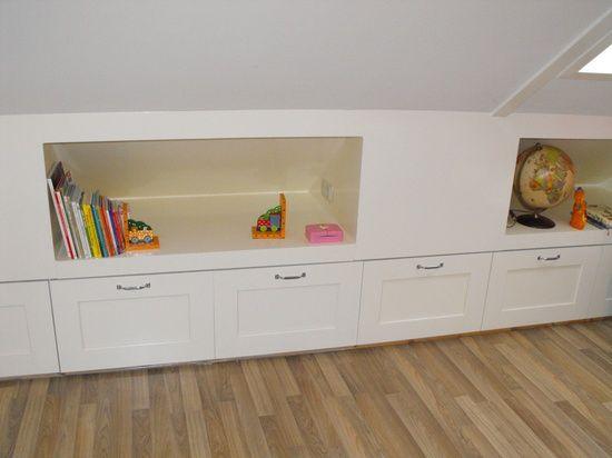 In dit geval hoeft er geen boekenkast bij het bed, of het is een leuke plek voor speelgoed. Topidee!!