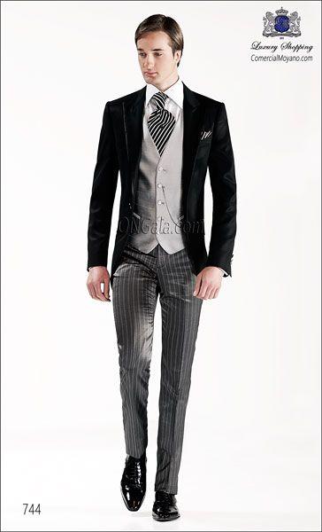 Traje de novio media etiqueta, chaqueta en tejido negro falso liso (AC-WO) con vivos de raso, coordinada con pantalon de raya gris en tejido...