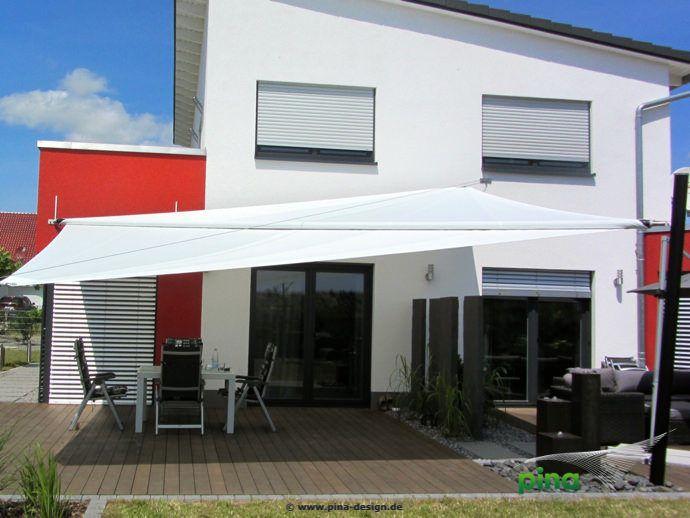 Sonnensegel in elektrisch aufrollbar über einer Terrasse - als großflächiger Regen- und Sonnenschutz.