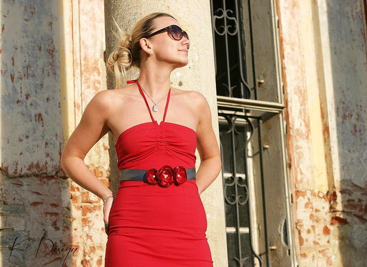 Romantický květinový pásek Pás je vyrobený z ručně poskládaných zatavených lístků saténu červené barvy, pečlivě přišito na kvalitní saténové tmavě šedé stuze. Je to ideální doplněk jednoduchých, romantických šatů, ale netradičně oživí i košili, či sako. Velice krásně doplní i svatební šaty, stejně tak je vhodný na těhotenské focení. Vzadu se ...