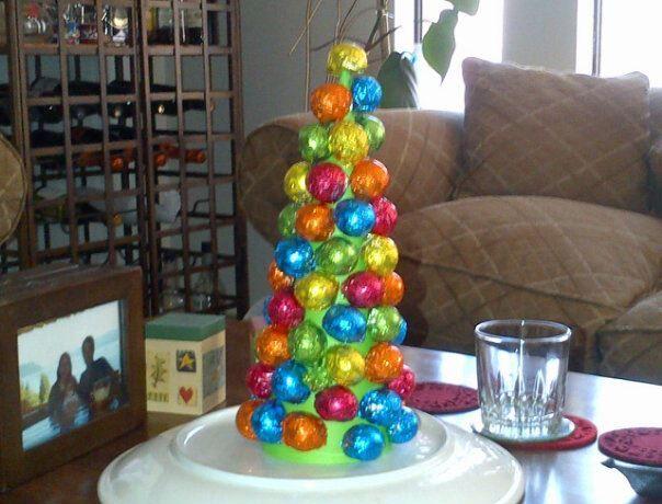 Árbol de Navidad hecho de malvas de chocolate