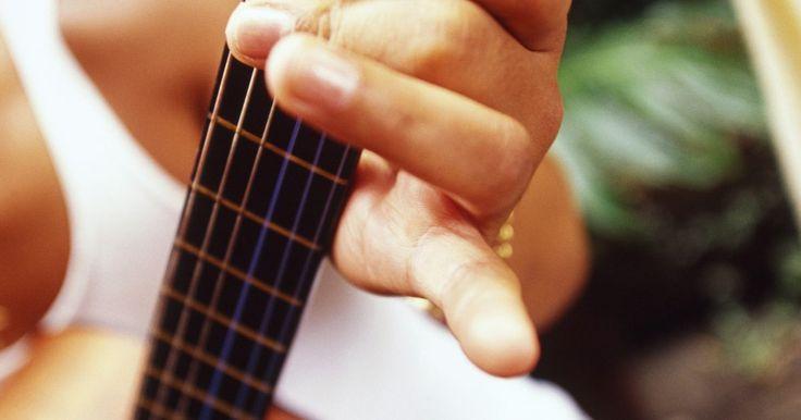 Estilos dedilhados para violão clássico. Em muitos sentidos, tocar violão clássico é totalmente diferente de tocar outros tipos de violão. Na maioria dos casos, a música clássica é tocada em um violão de cordas de nylon, em vez de um com cordas de aço. Estas cordas de nylon impactam fortemente o tom do instrumento. Uma boa técnica também é mais valorizada no violão clássico do que na ...